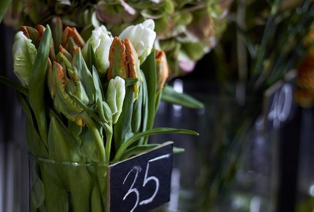 Janela de loja de flores de close-up com flores exóticas
