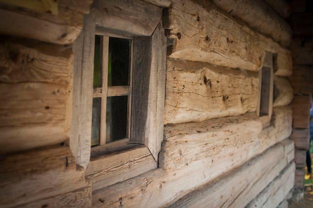 Janela de madeira fora em casa velha