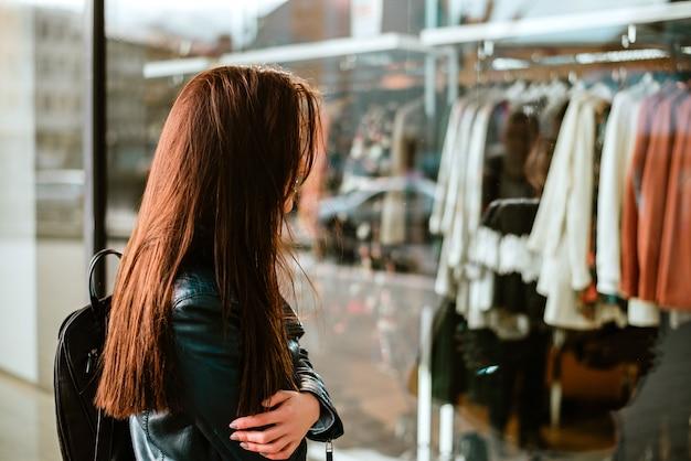 Janela de mulher shoping.