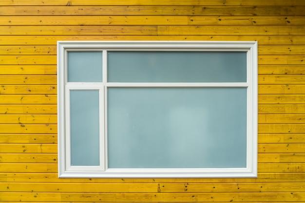 Janela de vidro da casa de madeira