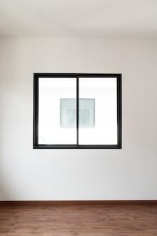 Janela de vidro vazia e porta em casa