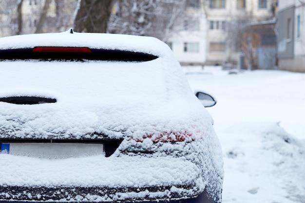 Janela do carro estacionado na rua em dia de inverno, vista traseira. mock-up para adesivo ou decalques