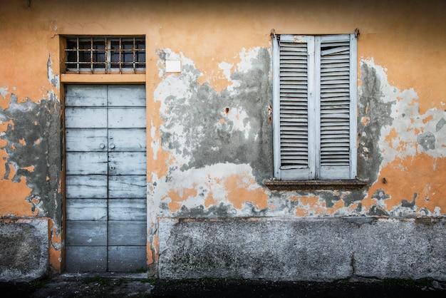 Janela e porta de madeira vintage típica