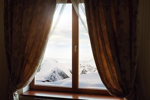 Janela fechada e bela imagem do lado de fora da estância com vista para a natureza e descanso