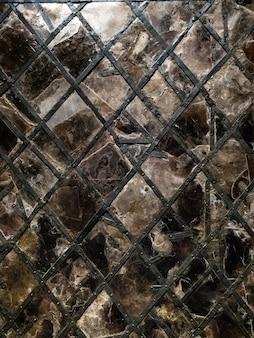 Janela gótica de vitral de vitral em ferro forjado perfilado e rebites, vidro rachado