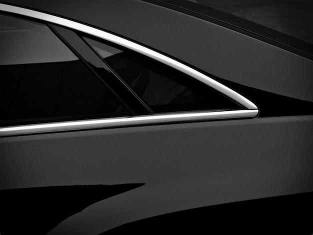 Janela lateral traseira em um automóvel de passageiros preto.