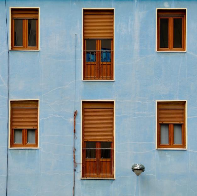 Janela na fachada azul da casa, arquitetura na cidade de bilbao, espanha