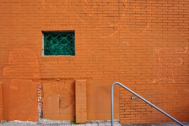 Janela na fachada laranja da casa, arquitetura na cidade de bilbao, espanha