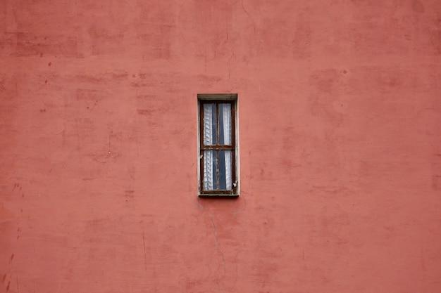 Janela na fachada vermelha da casa, arquitetura da cidade de bilbao