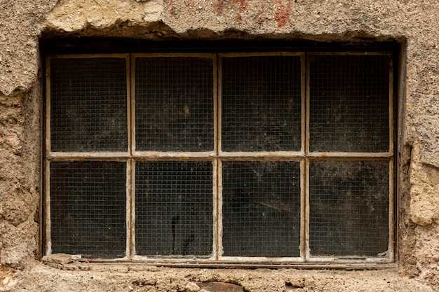 Janela suja vintage com cimento