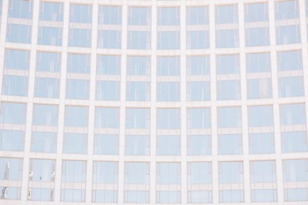 Janelas brilhantes na fachada do arranha-céu
