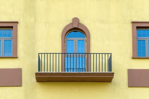 Janelas coloridas e paredes da arquitetura mediterrânea