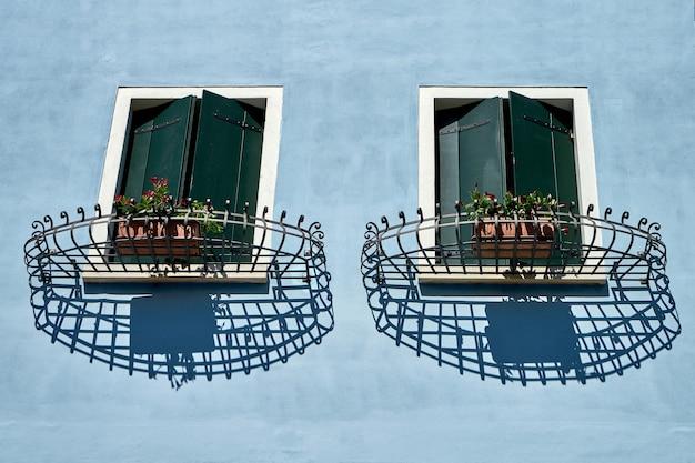 Janelas com veneziana e treliça. itália, veneza