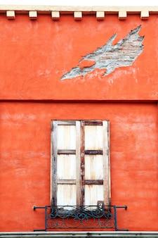 Janelas de madeira fechadas no edifício italiano