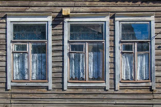 Janelas de uma cabana de madeira