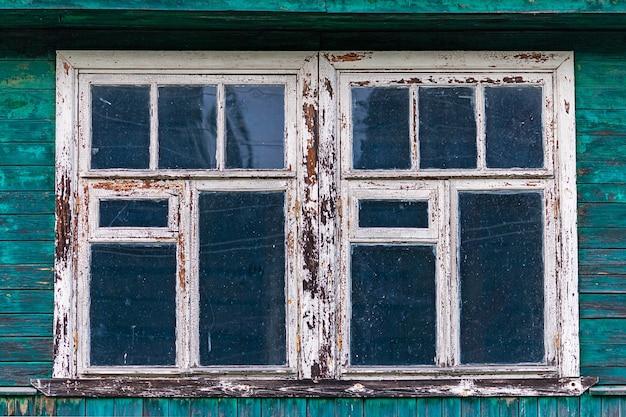 Janelas de uma velha casa de madeira surrada