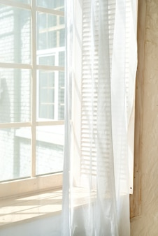 Janelas de vidro com cortinas brancas, janela de luz do sol da manhã