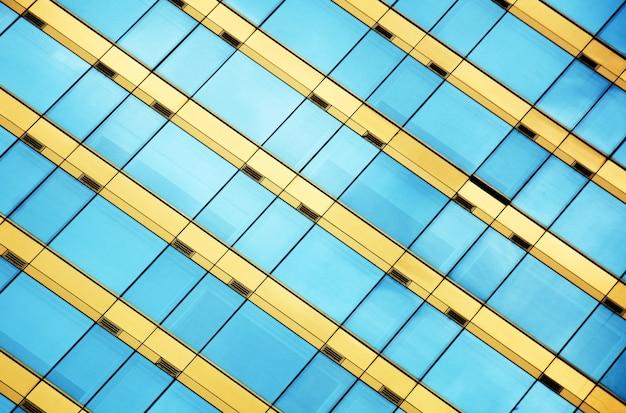 Janelas de vidro do escritório moderno com reflexo do céu