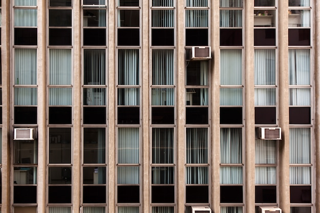 Janelas de vidro modernas na fachada do edifício de concreto - arquitetura moderna urbana