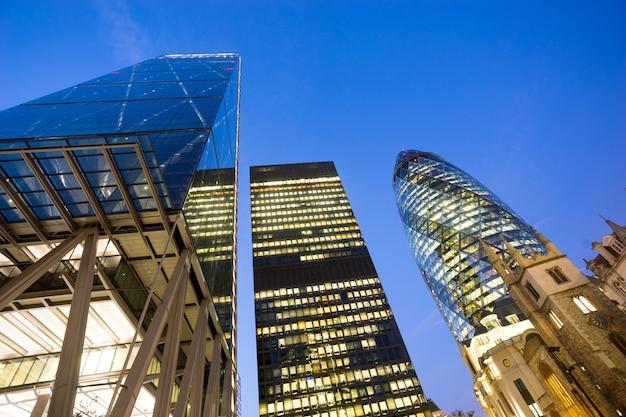 Janelas do escritório de negócios de arranha-céus, edifício corporativo na cidade de londres, inglaterra, reino unido