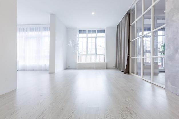 Janelas do terraço em apartamento novo com piso de madeira