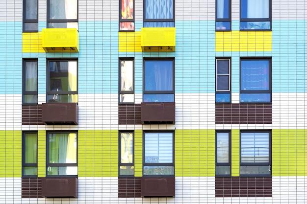 Janelas e varanda em prédio de apartamentos