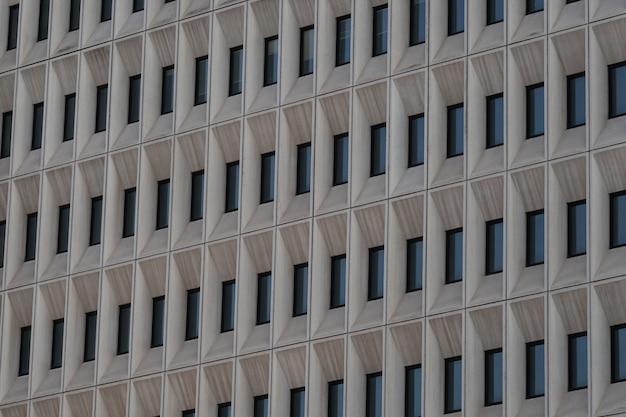 Janelas em prédio de concreto