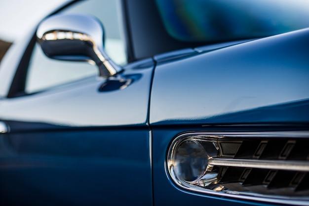Janelas exteriores dianteiras de um carro azul marinho