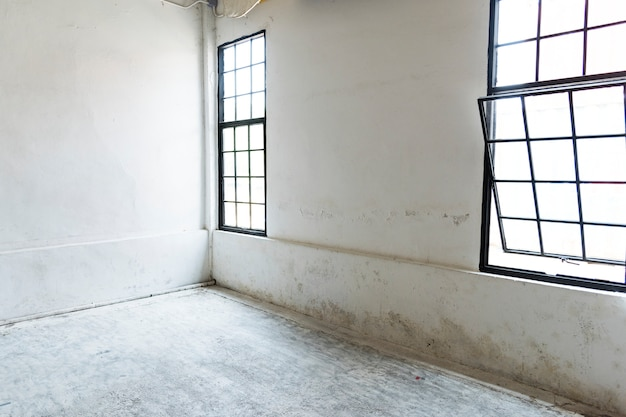 Janelas limpas casa branca vazia em branco