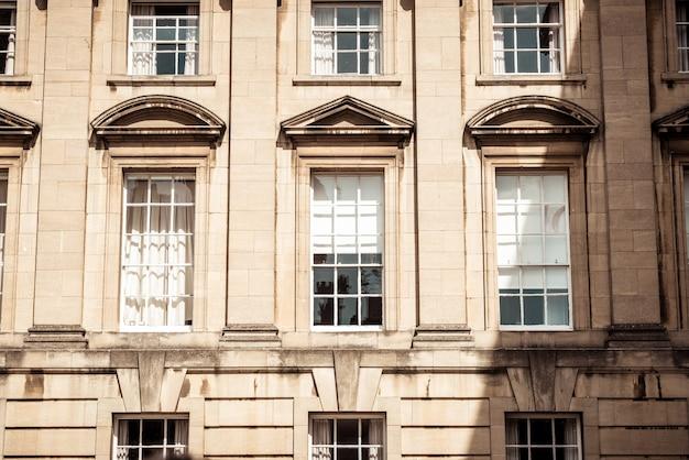 Janelas lindas e vintage no prédio