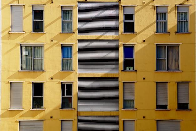 Janelas na fachada da arquitetura do edifício em bilbao