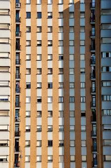 Janelas na fachada da arquitetura do edifício na cidade de bilbao