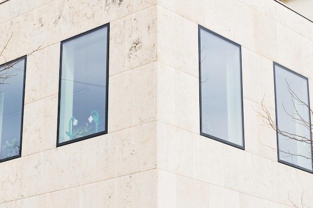 Janelas na fachada de prédios de escritórios