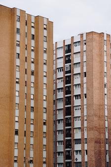 Janelas na fachada do edifício, arquitetura na cidade de bilbao, espanha