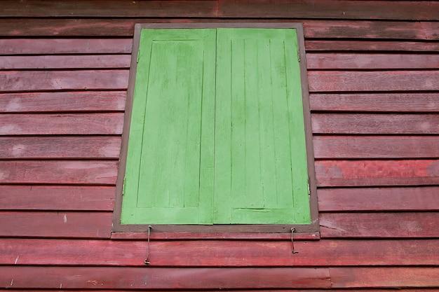 Janelas verdes feitas de madeira velha, texturas de madeira velha fundos
