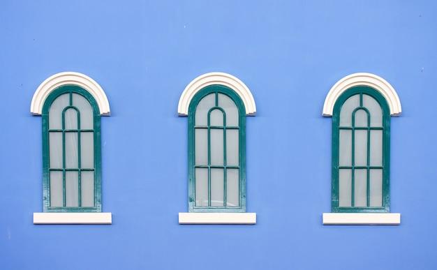 Janelas vintage na parede azul