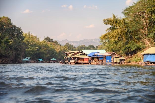 Jangada madeira, predios, ligado, rio, kwai, em, tropicais, floresta tropical, em, kanchanaburi