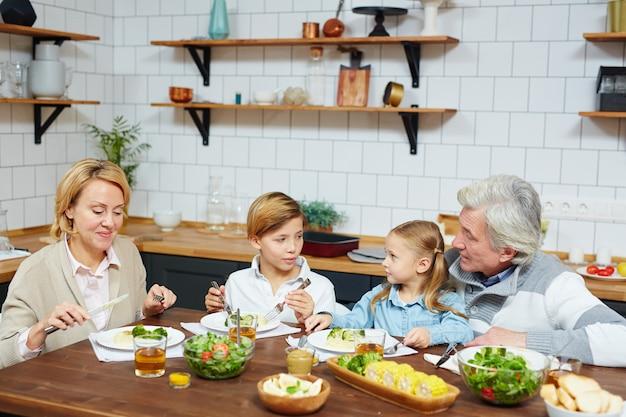 Jantando na cozinha