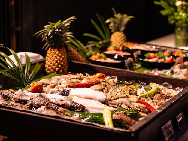 Jantar buffet de frutos do mar no bar de gelo.