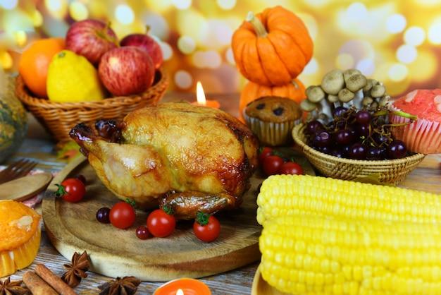 Jantar de ação de graças com frutas de legumes de peru servido na mesa de ação de graças do feriado