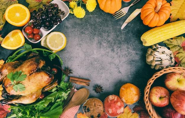 Jantar de ação de graças com frutas de vegetais de peru servido na mesa de ação de graças do feriado celebração configuração tradicional comida ou mesa de natal decorada com muitos tipos diferentes de alimentos