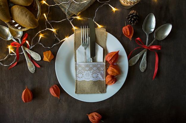 Jantar de ação de graças. jantar de halloween. mesa festiva com abóbora, folhas de outono e decoração sazonal de outono.