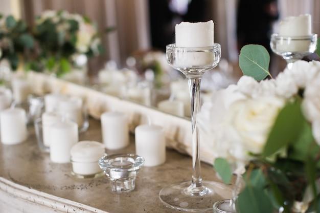 Jantar de casamento no restaurante decorado com velas.