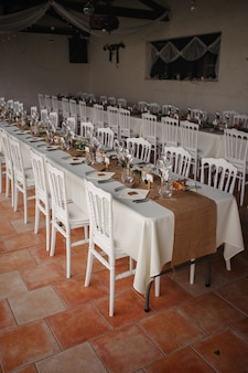 Jantar de catering ao ar livre no casamento com decoração de guarnições caseiras