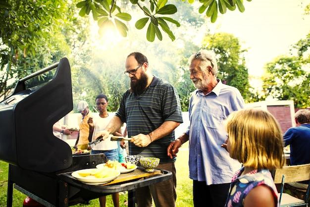 Jantar de churrasco em uma festa de verão