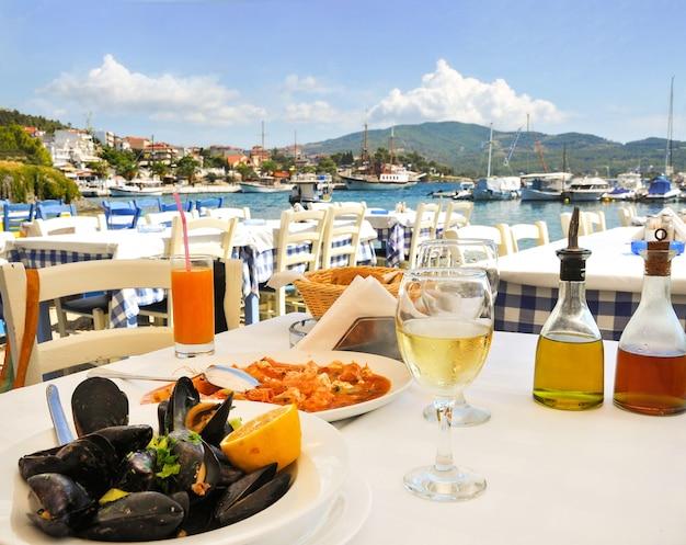 Jantar de frutos do mar em restaurante grego à beira-mar na grécia