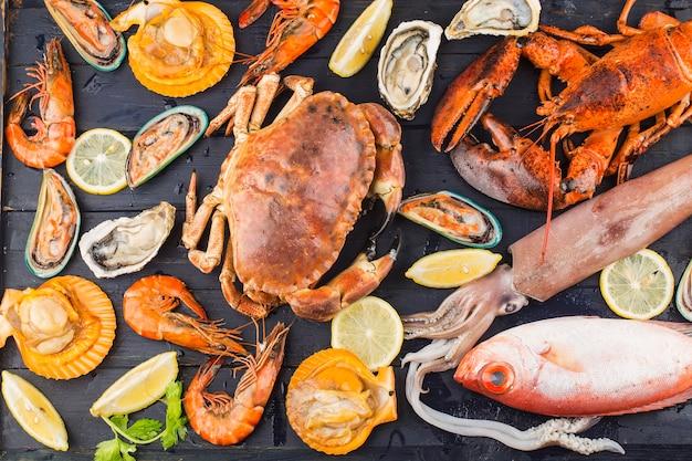 Jantar de frutos do mar, jantar de frutos do mar com lagosta fresca, caranguejo, mexilhão e ostra como pano de fundo