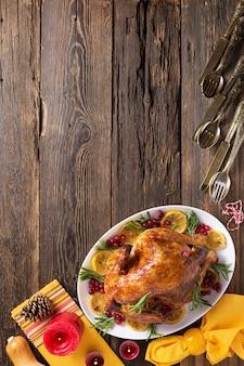 Jantar de gala de frango no dia de ação de graças na mesa de madeira