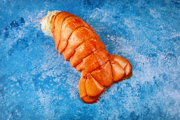 Jantar de lagosta com cauda de lagosta cozida