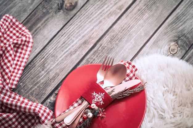 Jantar de natal com lindos talheres e decorações festivas em fundo de madeira, conceito de celebração e ambiente caseiro